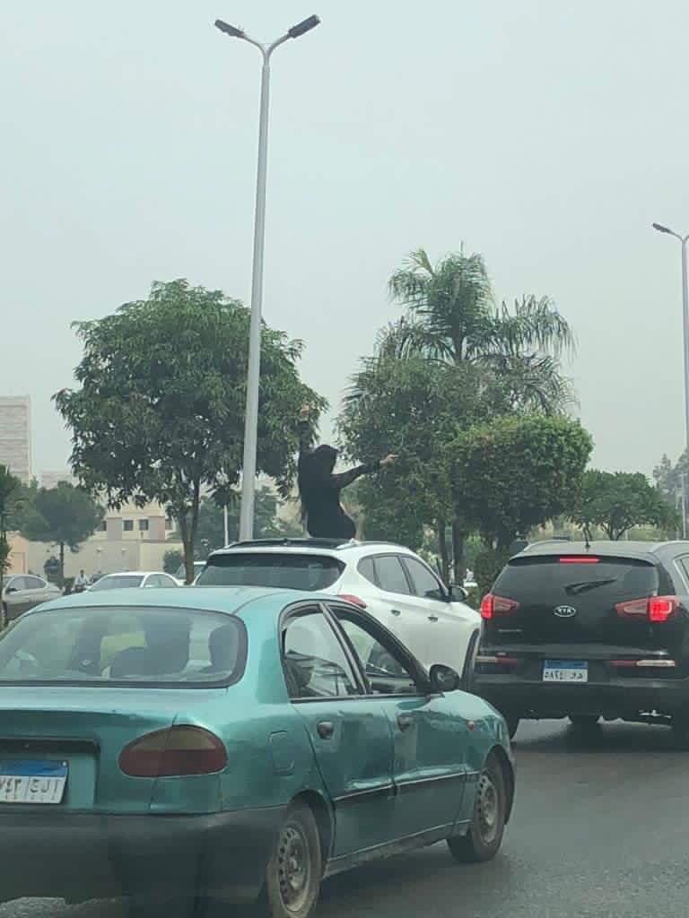 الفتاة الراقصة على سقف سيارتها