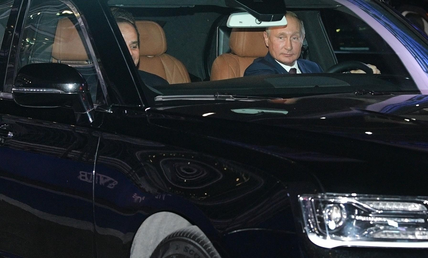 جولة بوتين والسيسي بسيارة السيدان الروسية
