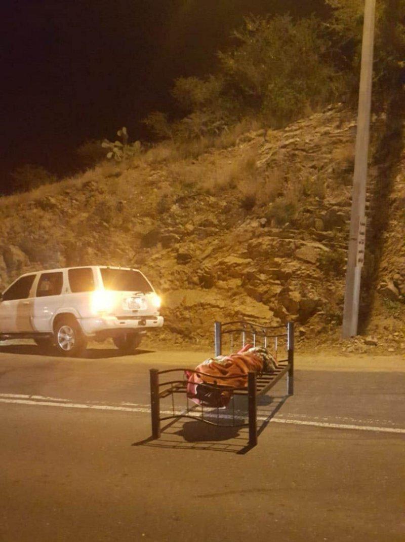 جثة وسط الطريق على سرير