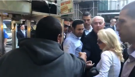 """بالفيديو.. شاب مصري يثير الجدل حول العالم بعد صورته مع رئيس وزراء إسرائيل """"بنيامين نتنياهو"""""""