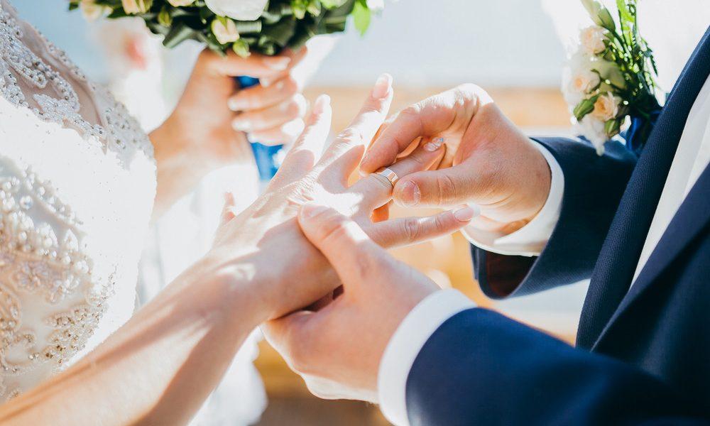 """عاجل.. إعلامية مسلمة تعلن زواجها من """"ممثل يهودي"""" وسط حالة من الجدل تضرب الرأي العام"""