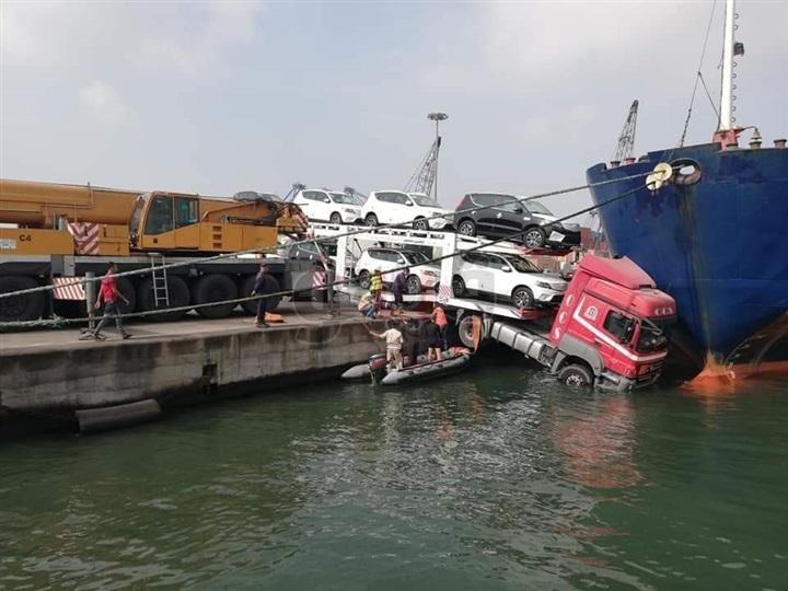 """بالصور.. سقوط شاحنة محملة بـ """"السيارات الجديدة"""" في مياه البحر داخل ميناء الإسكندرية"""