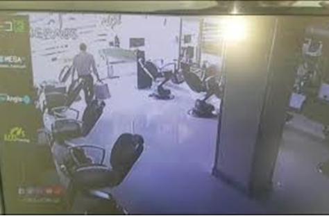 """""""عدالة السماء"""".. فيديو يوثق لحظة وفاة حرامي أثناء سرقة محل في المعادي"""