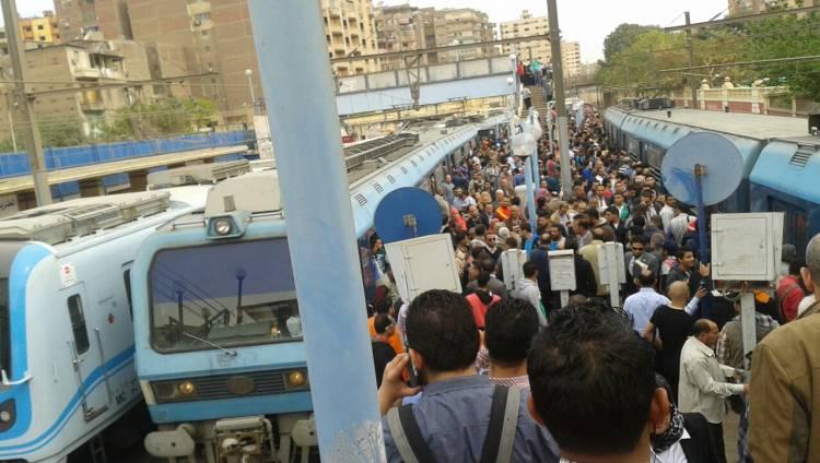 """عاجل.. """"توقف المترو"""" داخل محطة أنور السادات.. وتدخل الشرطة لإنقاذ مئات الركاب !!"""