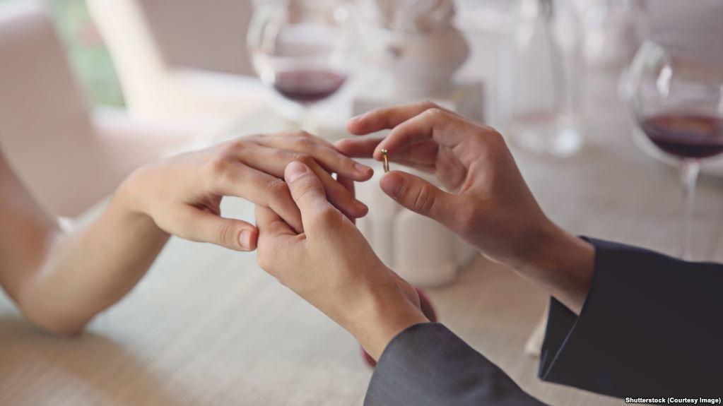 """رسميًا.. الحكومة المصرية تكشف لأول مرة شروط صرف """"منحة الزواج"""" للشباب"""