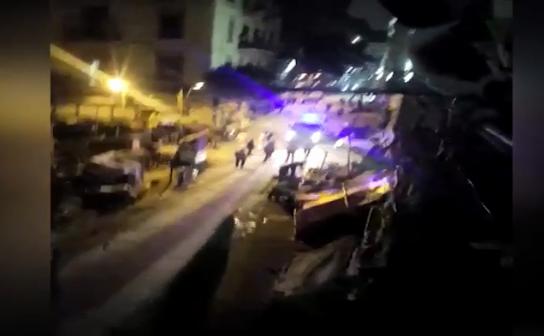 عاجل بالفيديو.. حالة من الرعب تصيب الأهالي بسبب حرب شوارع بالأسلحة النارية والبيضاء بمنطقة الأزبكية.. وفرض كردون أمني على المكان
