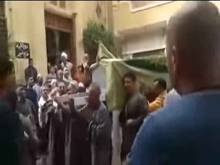 """بالفيديو.. """"نعش سيدة"""" يرفض دخول المسجد لصلاة الجنازة.. وسط صدمة المواطنين في البحيرة !!"""