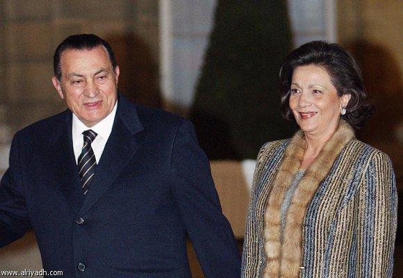 بالصور| علاء مبارك ينشر ويُعلق على أحدث صورة للرئيس السابق مبارك ووالدته بعد إجرائها العملية