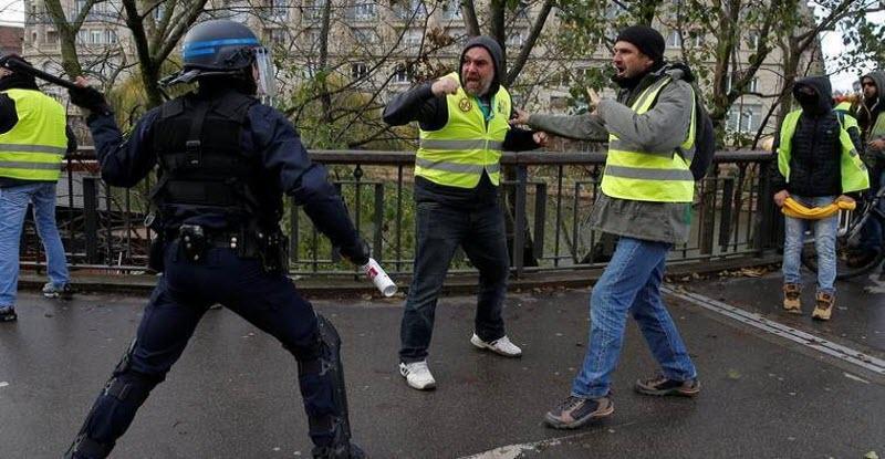 «المعركة لم تنتهي بعد».. أول رد فعل من أصحاب السترات الصفراء على خطاب الرئيس الفرنسي