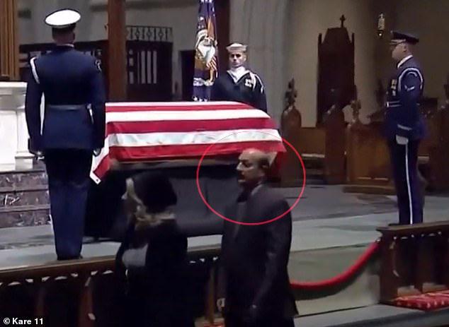 """ماذا يفعل ضابط كويتي في جنازة """"بوش"""" الأب..وكيف نجى من الموت 3 مرات!"""