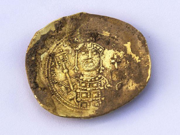 """إكتشاف كنز """"نادر"""" يرجع لـ 900 عام يتضمن عملات الدولة الفاطمية"""