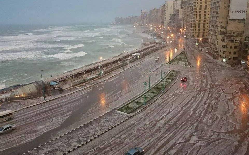 موجة عنيفة تضرب المحافظات.. وبالفيديو: أمواج البحر تتخطى حاجز الـ6 أمتار وتوقع خسائر بالإسكندرية.. وبيان هام من وزارة الداخلية