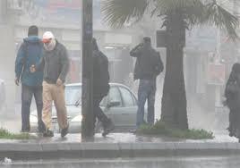 الارصاد: العاصفة سرعتها 60 كم .. وعلى المواطنين الابتعاء عن الاشجار ولوح الاعلانات