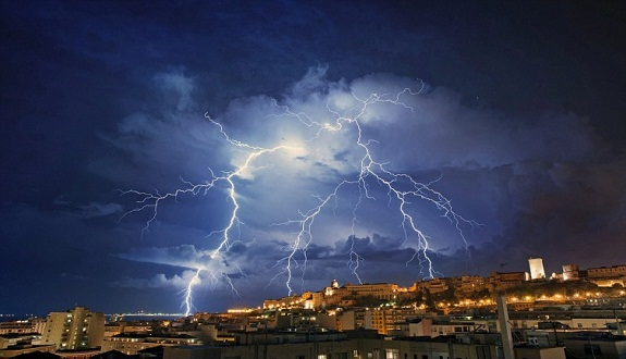 """الأرصاد: أمطار غزيرة تضرب هذه المحافظات بعد ساعات.. وتحذر من """"ظاهرة الرفع"""" !!"""