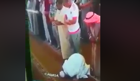 شاهد.. لحظة وفاة مسن وهو ساجد داخل المسجد