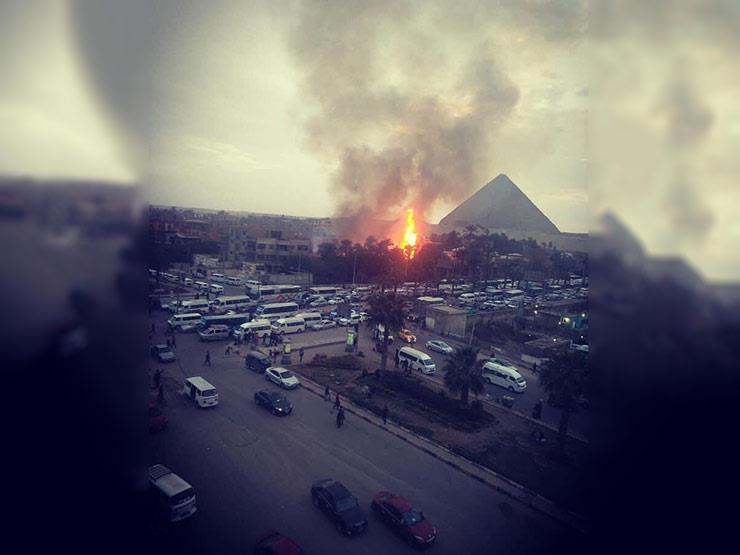السيطرة علي حريق هائل بالقرب من الأهرامات بالجيزة.. والدفع بـ7 سيارات إطفاء للسيطرة عليه