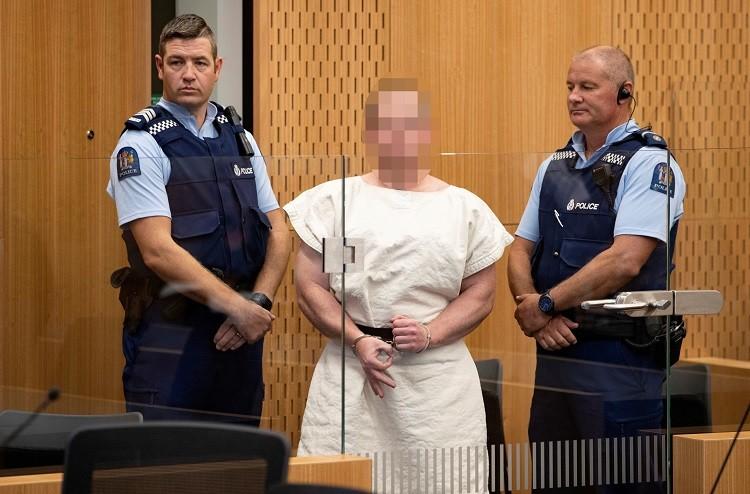 """""""تعمّد إثارة المسلمين بشارة بإصبعيه""""..مثول سفاح نيوزيلندا أمام المحكمة بتهمة القتل"""