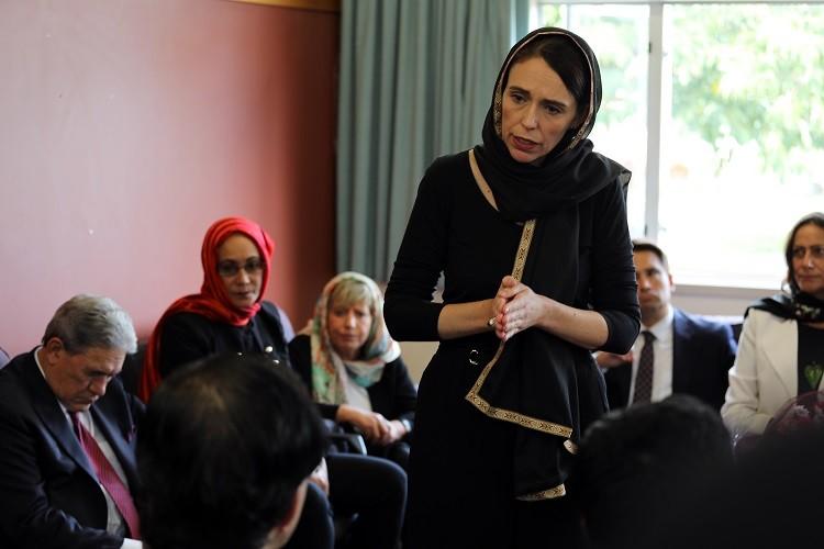 """""""ارتدت الحجاب تضامنًا مع الضحايا""""..رئيسة وزراء نيوزلندا تؤكد أن المهاجم لم يكن ينوي التوقف عند مذبحة المسجدين"""