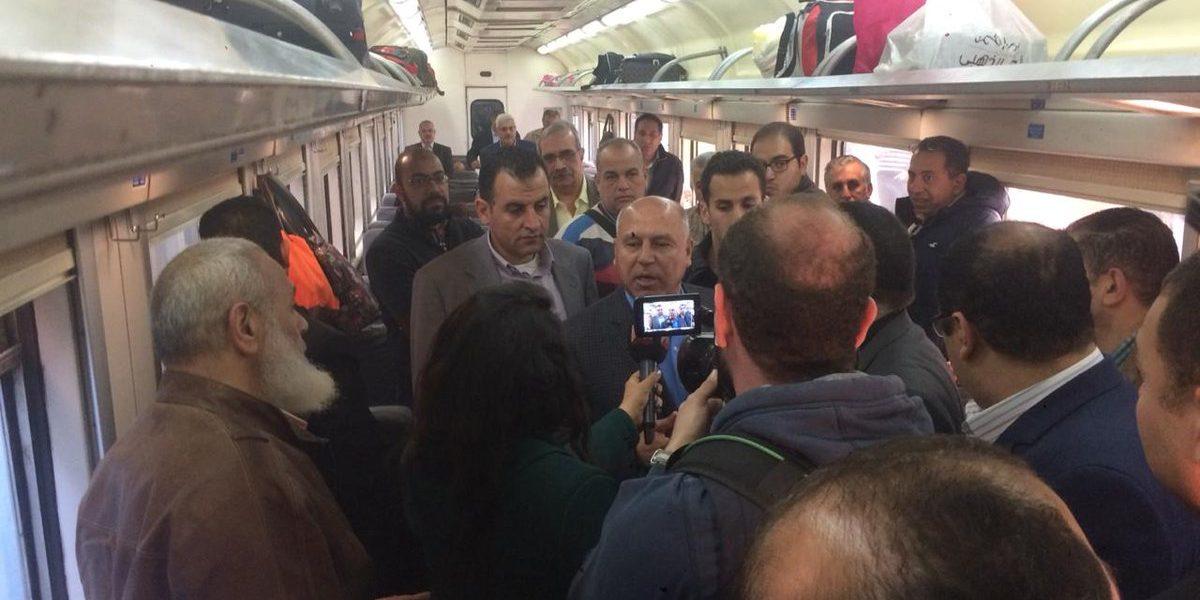بالصور| كامل الوزير يقف في طابور محطة مصر ويركب القطار.. تعرف على تفاصيل زيارة السابعة صباحًا