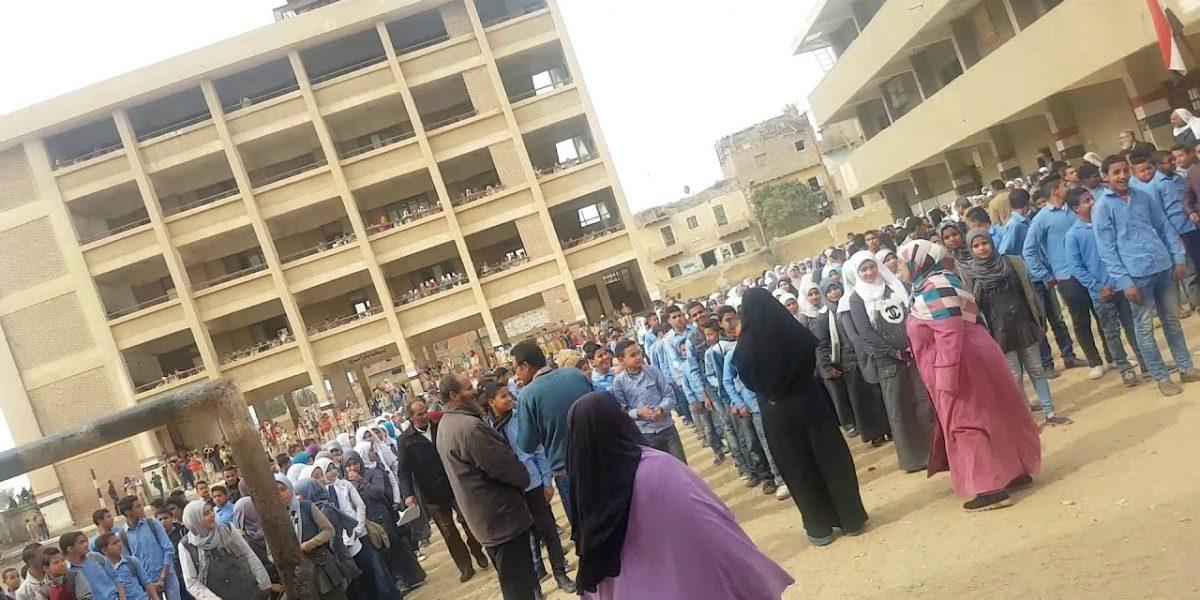 """""""تسلق السور لمعاكسة الطالبات""""…طالب يعتدي على مدرس بالضرب"""