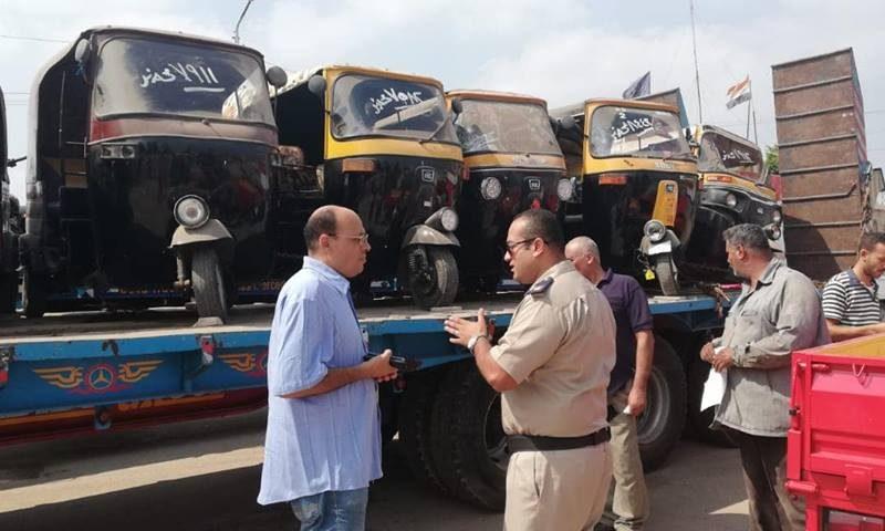 «ولع فيه» على طريقته الخاصة.. سائق توك توك يعترض على مصادرة مركبته في حملة أمنية بالغربية