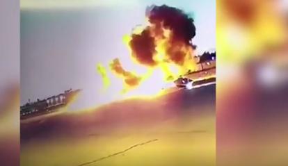 شاهد| النشطاء يتداولون لحظة سقوط طائرة وتحطمها فور إقلاعها 2
