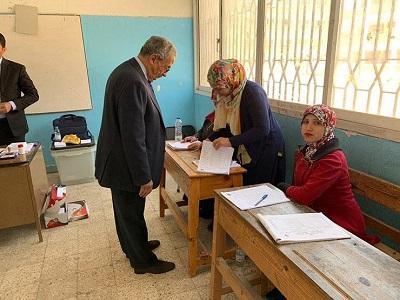 د.عمرو موسي يدلي بصوته في الاستفتاء برفقة زوجته 1
