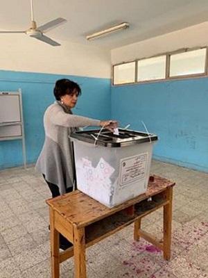د.عمرو موسي يدلي بصوته في الاستفتاء برفقة زوجته 2