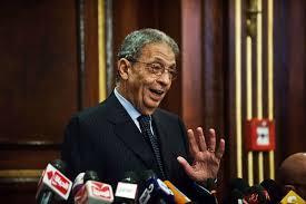 د.عمرو موسي يدلي بصوته في الاستفتاء برفقة زوجته
