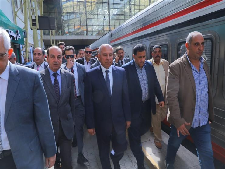 """""""الصراف رافض يديني تذكرة"""".. كامل الوزير يصطحب مواطنًا لقطع تذكرة قطار أمام الجميع"""