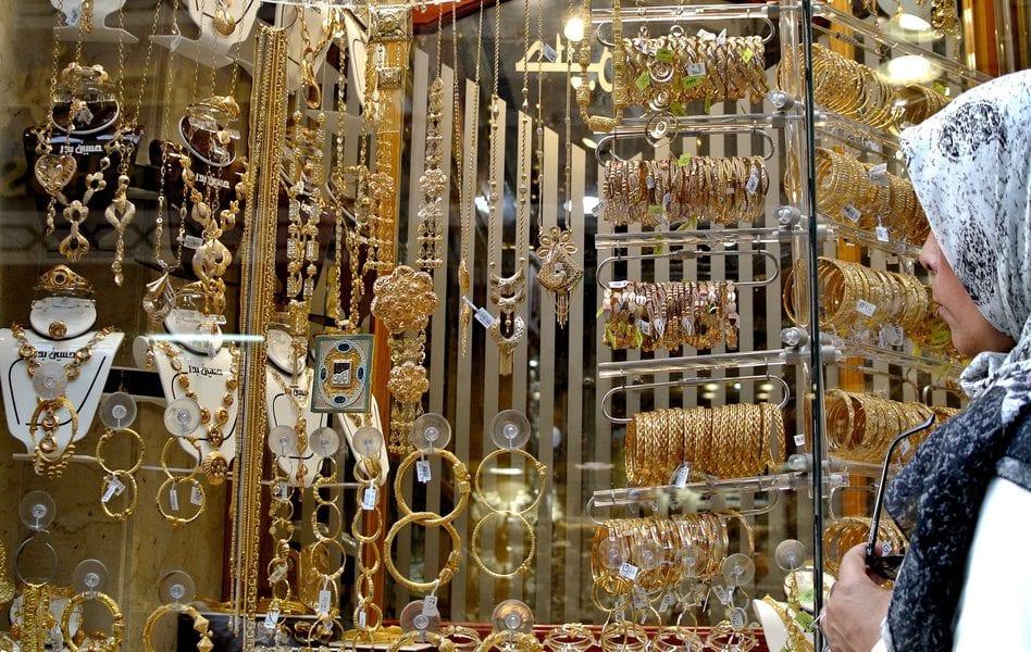 تطورات جديدة في سعر جرام الذهب صباح اليوم.. والتجار يكشفون سبب إختلاف الأسعار