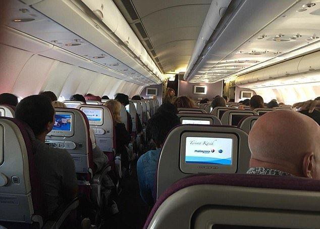 بعد خطابه المؤثر.. الركاب يجمعون الأموال لقائد الطائرة في مشهد غير مسبوق