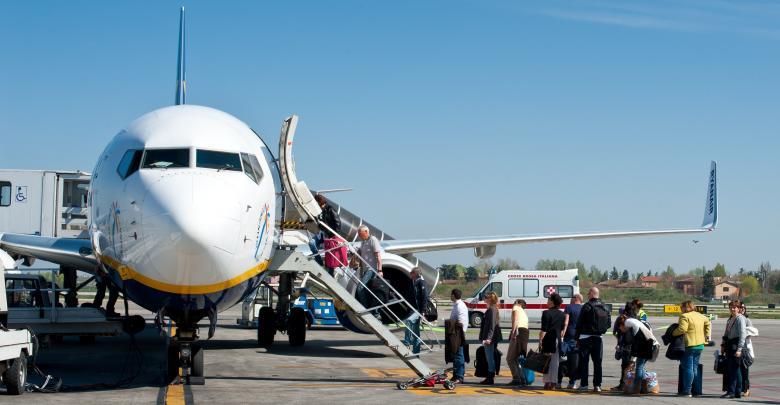 """في واقعة مثيرة للجدل.. شركة طيران تجبر """"فتاة مرهقة"""" على خلع الحجاب قبل ركوب الطائرة"""