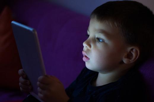 استخدام الموبايل يؤثر على طفلك، كيف تجعله أكثر تركيزًا؟