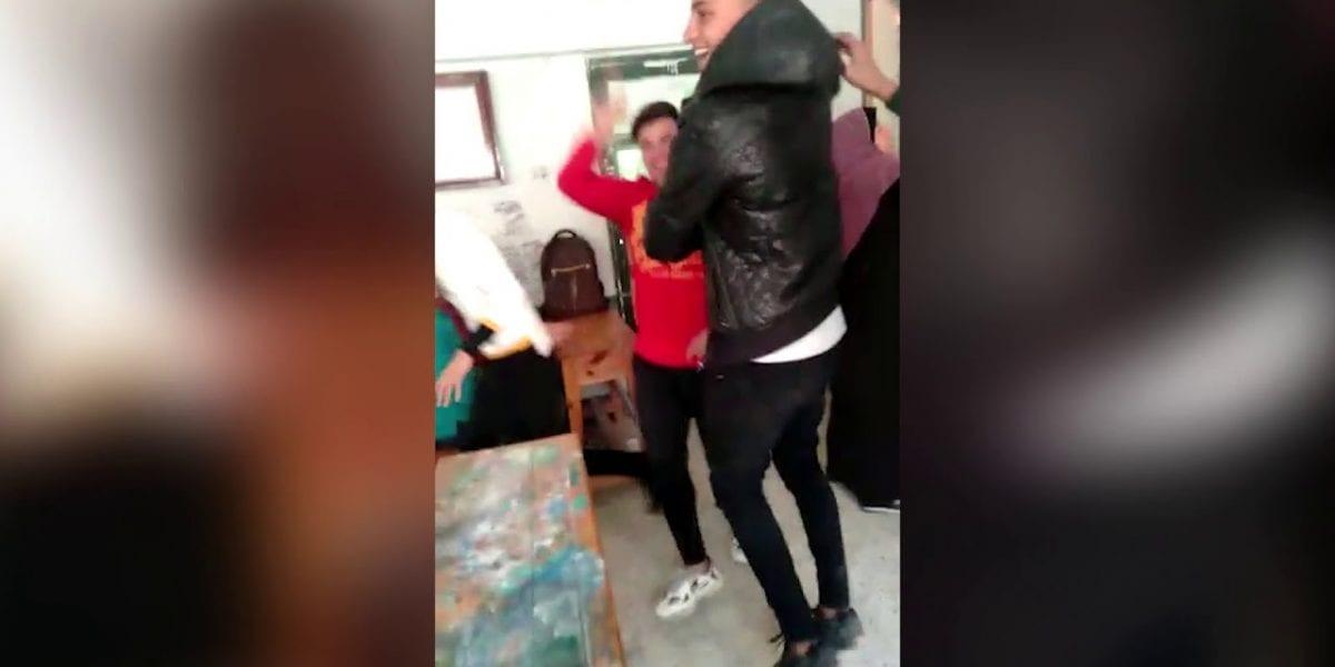 بالفيديو| طلاب يرقصون خلف معملة بالفصل.. تعرف على العقوبة التي وقعت عليهم والكشف عن مؤامرة