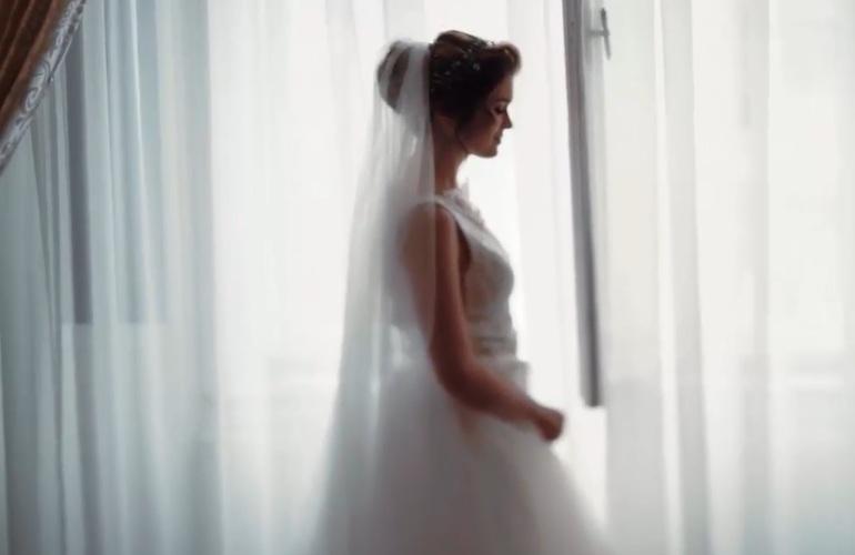 """بالفيديو والصور """"العريس بيعيط والعروسة تواسيه"""" عريس ينهار بالبكاء ليلة دخلته بعد قيام عروسته بطلب فعل هذا الأمر 1"""