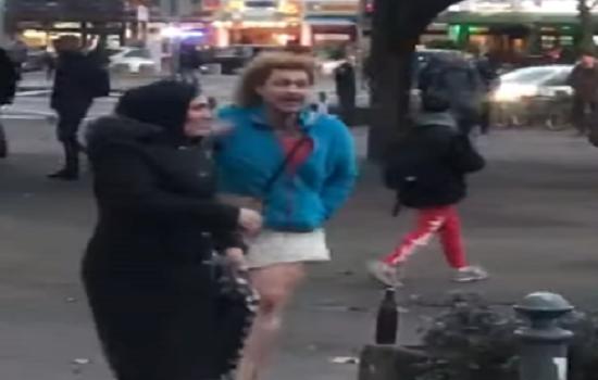 شاب عربي يرتدي ملابس نسائية يحاول نزع حجاب سيدة في برلين.. ورد فعل قوي من الشباب.. فيديو وصور