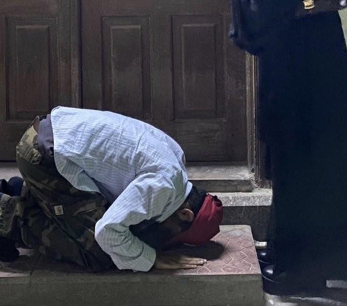 شاب يسجد لفتاة أمام أحد المساجد في مكة ويثير غضب المغردين وتم إلقاء القبض عليه