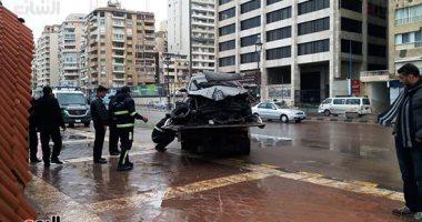 الأجهزة التنفيذية يرفعون السيارة من مكان الحادث
