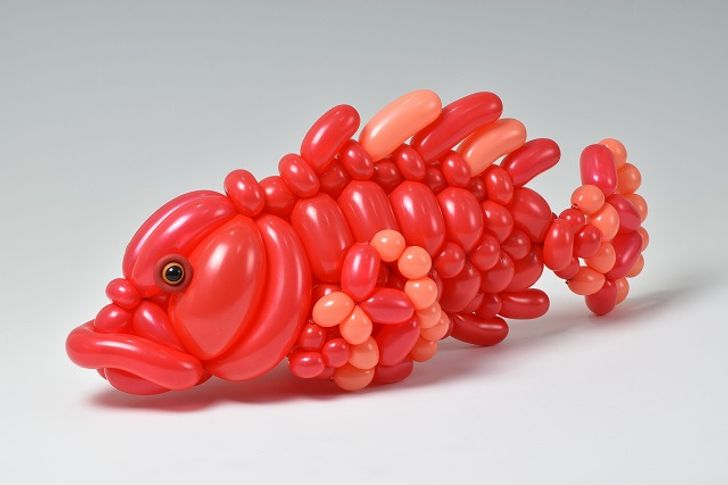 صور .. فنان ياباني عبقري يصنع منحوتات مذهلة باستخدام البالون فقط 16