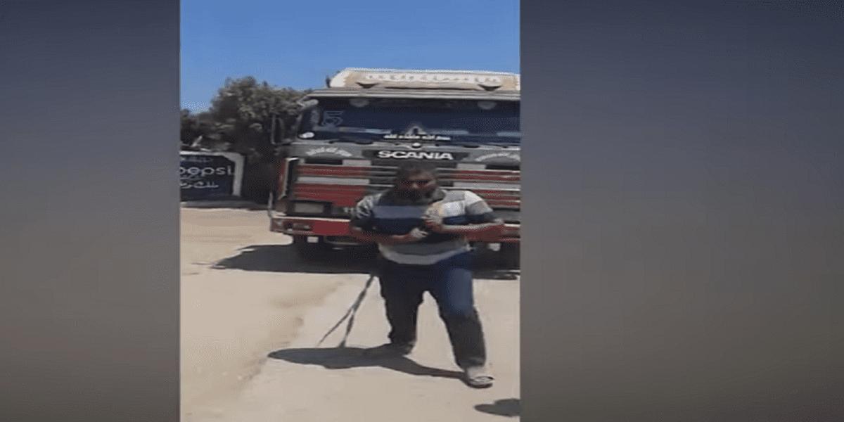 الرجل الخارق موظف البريد يسحب شاحنة كبيرة محملة ويأكل مواد خطرة.. فيديو