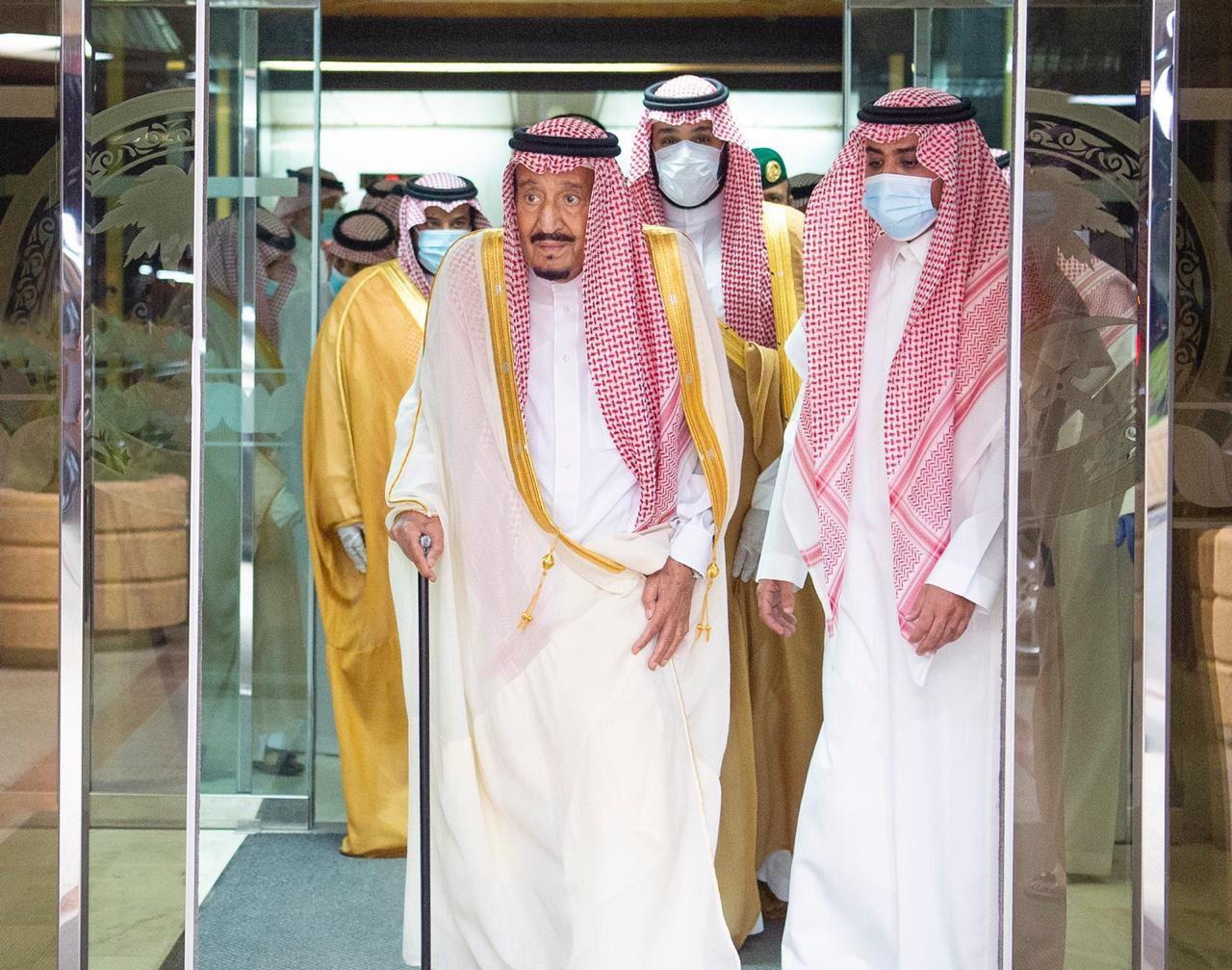 لحظة خروج الملك سلمان من المستشفى منذ قليل بعد إجراءه عملية جراحية