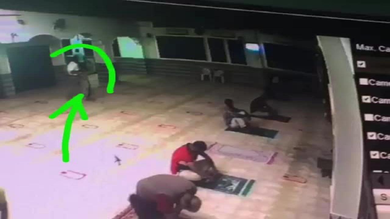 بالفيديو والصور| وفاة شخص أثناء صلاة العشاء بالغردقة وكاميرا المراقبة تكشف التفاصيل
