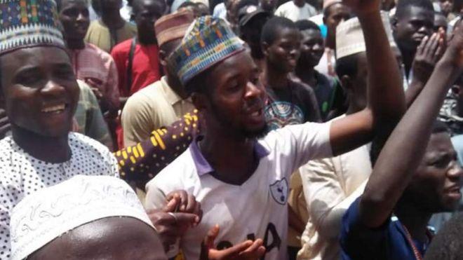 الحكم بإعدام النيجيري يحيى شريف 22 سنة بتهمة الإساءة للنبي محمد ومتظاهرون غاضبون يحرقون منزله 1