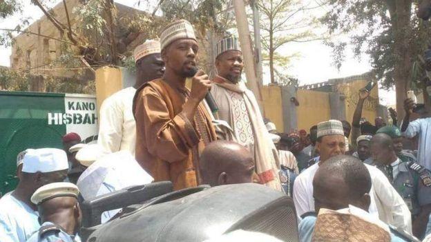 الحكم بإعدام النيجيري يحيى شريف 22 سنة بتهمة الإساءة للنبي محمد ومتظاهرون غاضبون يحرقون منزله 2