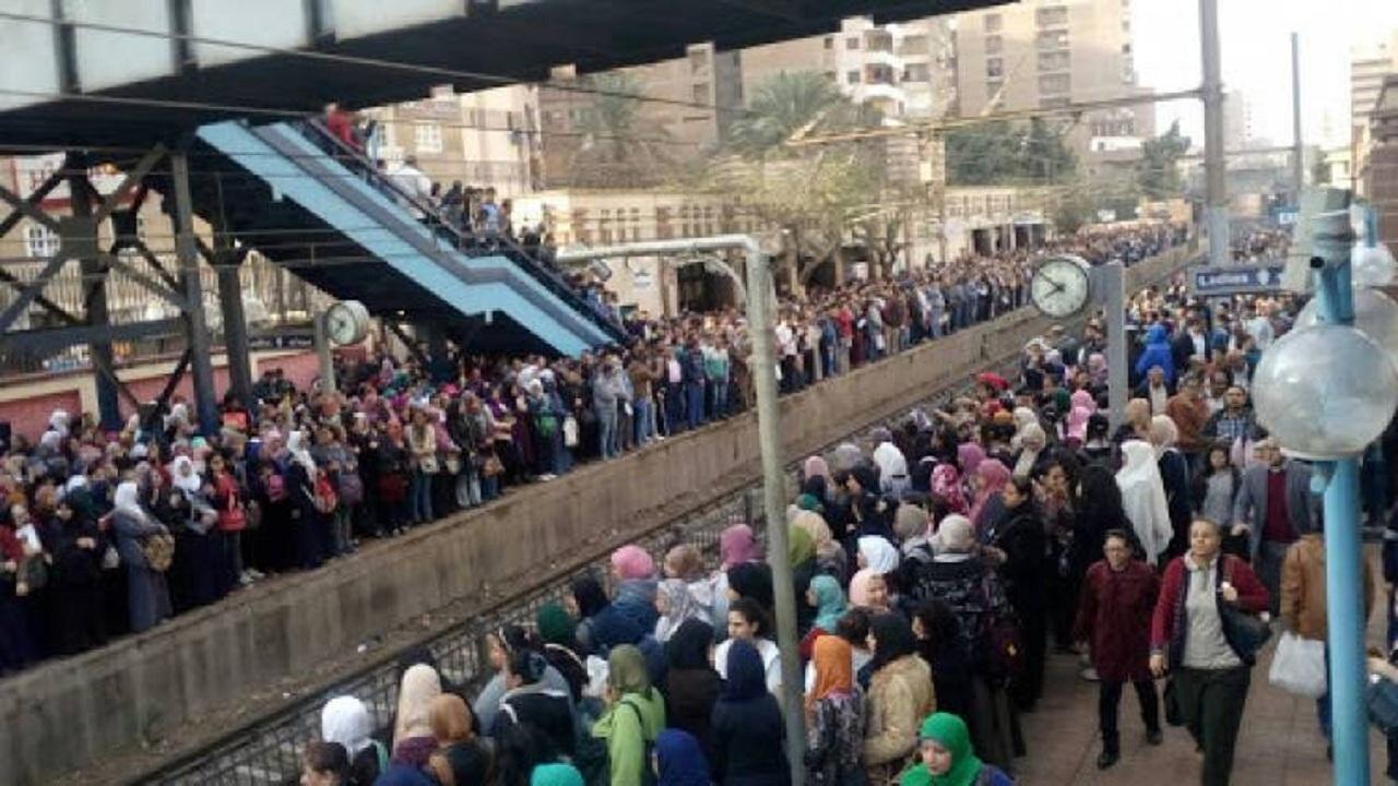 بعد التعطل.. زحام الركاب على أرصفة محطات مترو الأنفاق بالخط الثاني المنيب شبرا