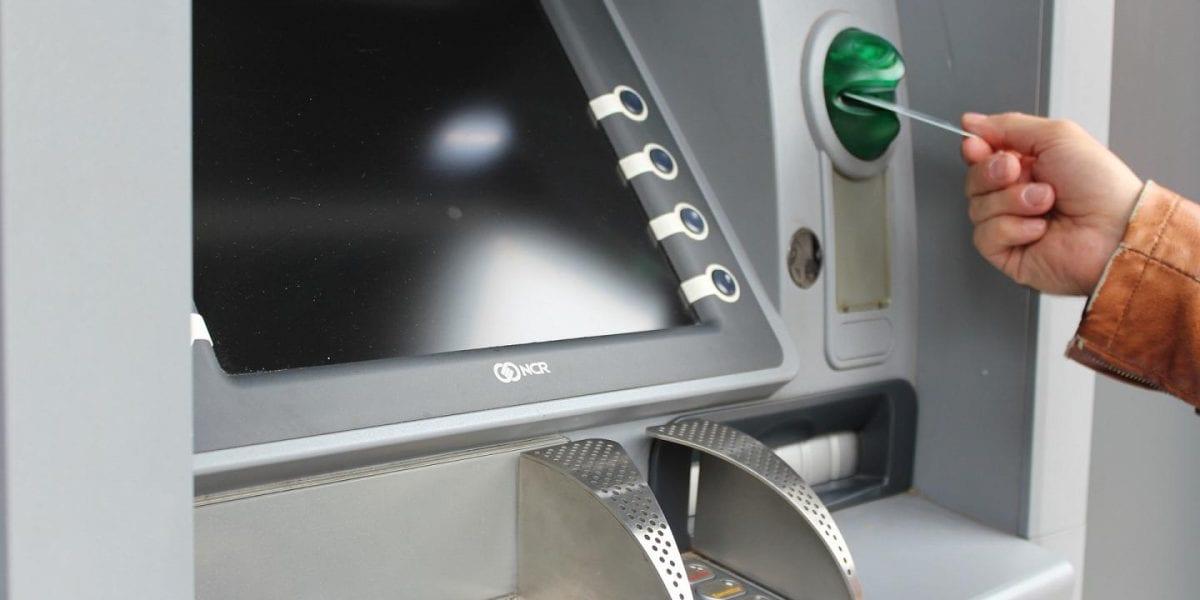 رسوم السحب والاستعلام عن الرصيد من ماكينات الصراف الآلي التابعة لبنك أخر في جميع البنوك