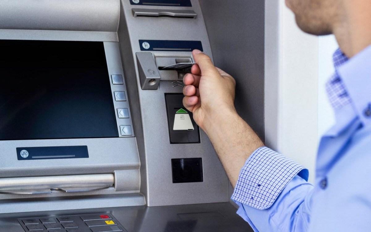 تعرف على رسوم السحب والاستعلام عن الرصيد من ماكينات الصراف الآلي ATM لجميع البنوك.. التطبيق يناير 2021