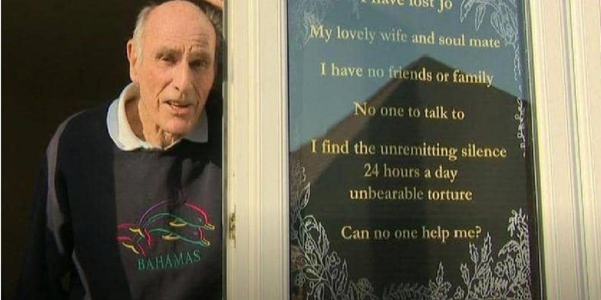 رجل سبعيني يبحث عن أصدقاء بعد وفاة زوجته بلافتة فطرت القلوب