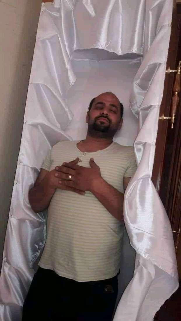 """""""بالفيديو والصور"""" طلبها ونالها.. شاب مصري ينام في النعش ويكتب على الفيس """"قريباً"""" ويموت بعدها بـ5 أيام وصدمة بين أصدقاءه 6"""